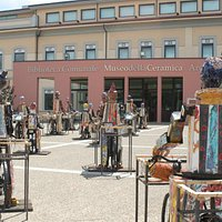 """Il piazzale del Museo con l'installazione """"Biciclette"""""""