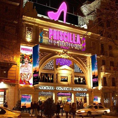 Es uno de los mejores y más bonitos teatros de Madrid. Butacas comodísimas, con cafetería interi