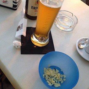 Complimenti per l'aperitivo... Una ciotola per criceti di patatine... Bah