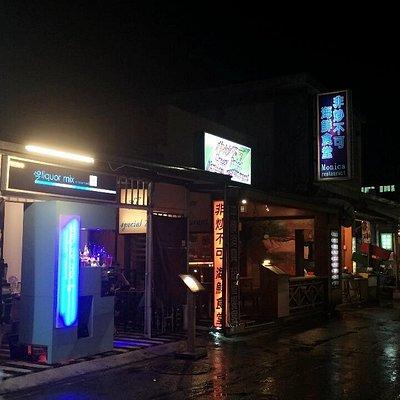 街上很多餐廳