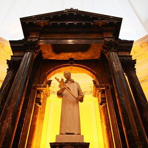 Altar-mor com a imagem de São Luís Gonzaga em mármore branco de Carrara.