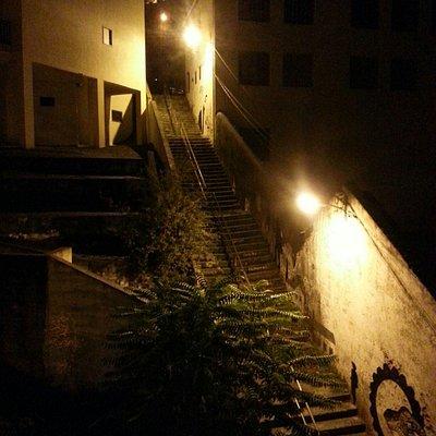 Parte das escadas à noite.
