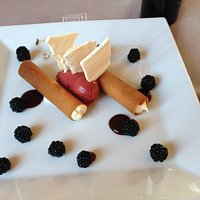 Gingersnaps filled with mousse with blackberries