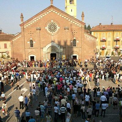 La splendida piazza e la Chiesa parrocchiale Insigne Collegiata S.S. Pietro e Paolo