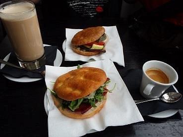 野菜のサンドイッチとハムとチーズのサンドイッチ