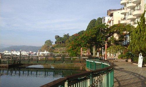 碼頭往左是水社親水步道