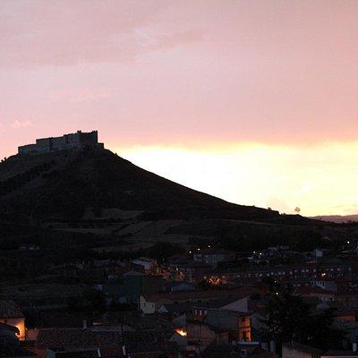 Jadraque , castillo del Cid al fondo.