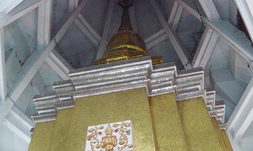 新しい仏塔の中昔の仏塔があるのが珍しい