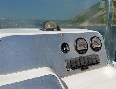 un beau tableau de bord... instruments de navigation tout a fait lisibles!