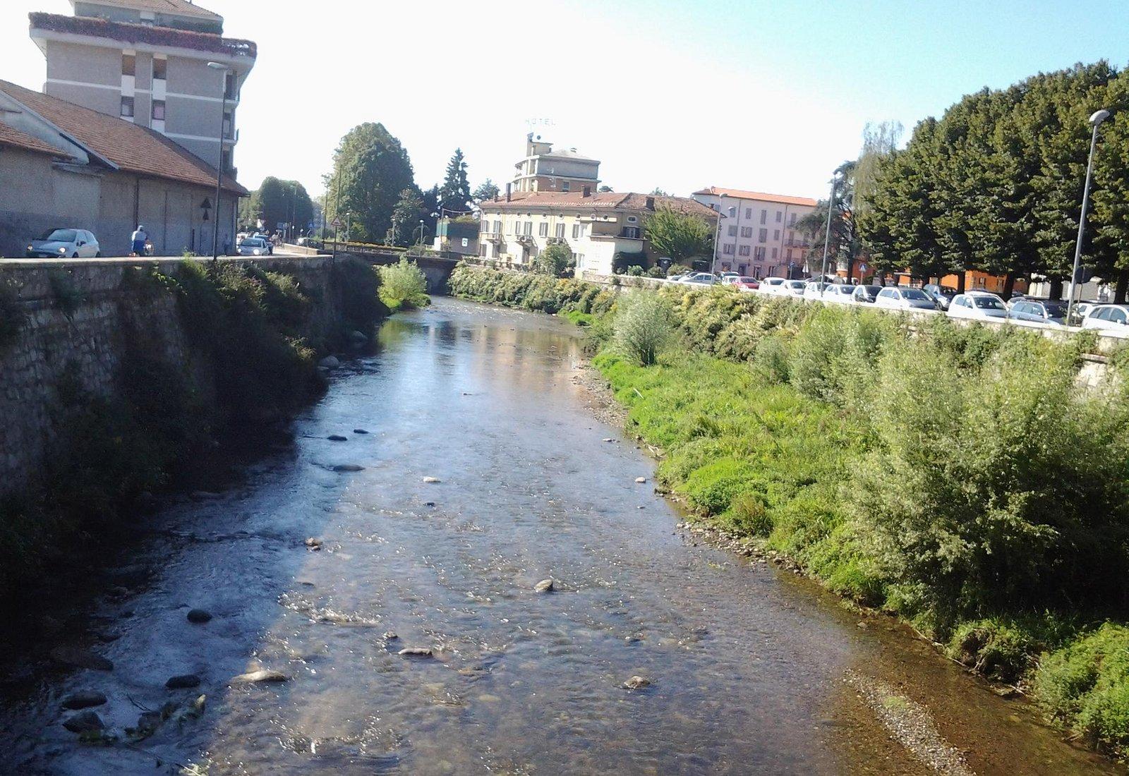 Borgomanero - vista dal ponte sul fiume Agogna