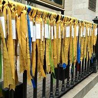 Nastri gialli in memoria dei caduti