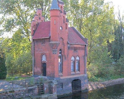 Исторический домик смотрителя (подъемных механизмов) моста
