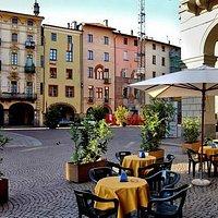 Eccoci in una delle piu' belle piazzette medioevali d'Italia - E Remembeer ne è al centro