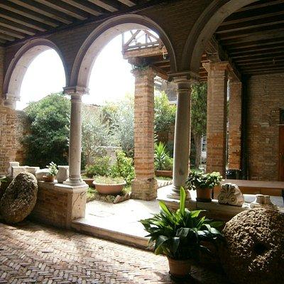 le patio de l'église