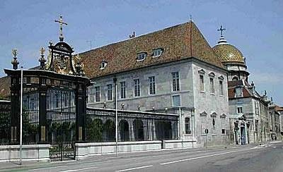 l'hopital St jacques ses grilles et le dome de la chapelle
