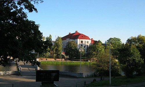 Здание музея от Нижнего озера