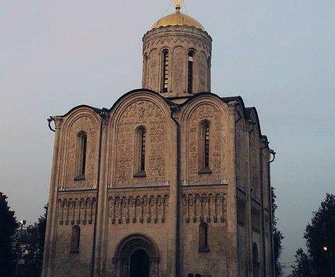 Дмитровский собор со стороны Клязьмы на закате