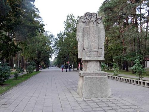 A statue in the beginning of the park