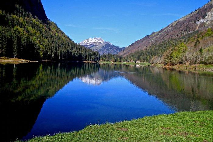 Le Lac de Montriond avec le roc d'enfer qui se reflète