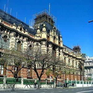 El frente por Av. Córdoba