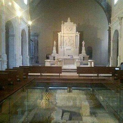 Interno della chiesa di Sant'Aniello a Caponapoli.  Resti delle mura greche e altare maggiore d