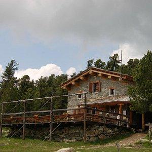 Il rifugio e la sua terrazza panoramica