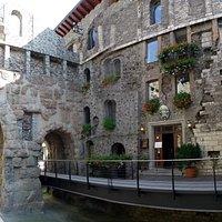 la casa medievale addossata alla porta