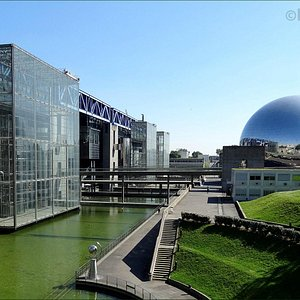 In this photo you can see the water moat that surrounds the Cite des Sciences as well as the Geo