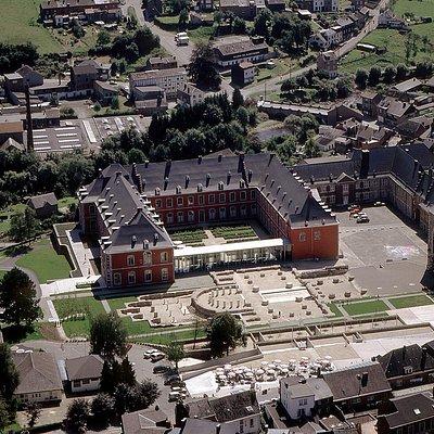 Vue aérienne de l'Abbaye de Stavelot et de l'Office du Tourisme.