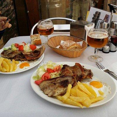 Plato combinado, churrasco con huevos patatas y ensalada.