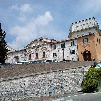 Teatro accanto all'arco di entrata sud di Sirolo