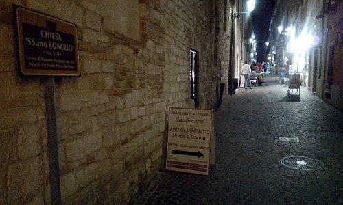 Una foto icona della chiesa....in buio la sua scritta e illuminati i negozi...