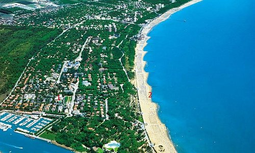 Это вид на Линьяно-Саббьядоро. Под цифрой 1 обозначен наш отель, под цифрой 2 пляж , где мы купа