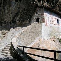Het gebouw tegen de rots