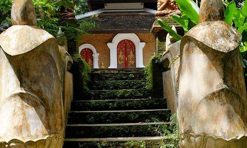 ทางขึ้นหอวิปัสนากรรมฐาน หรือ วิหารพระพุทธรูปห้าพระองค์