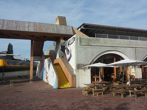 De minimall met restaurant Foodlab en de luchtbrug