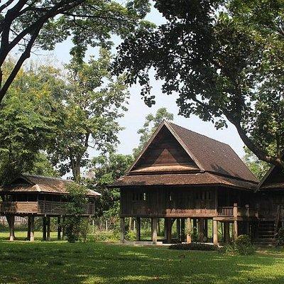 grenier à riz et maison traditionnelle
