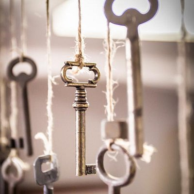 Find the right key to escape!   www.escaperome.com