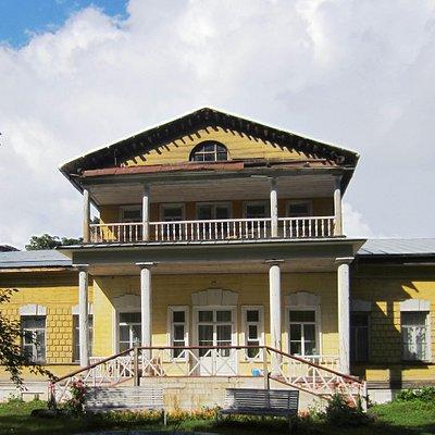 Южный фасад усадебный дома  Вид со строны парка