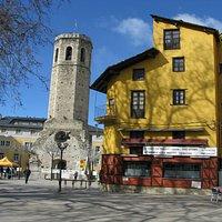 Vista general del campanario y la plaza