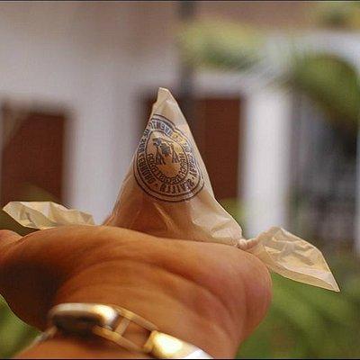 Упаковывают йемас Сан Леандро в конусы из вощеной бумаги