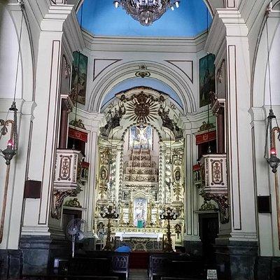 Vista da nave central da igreja