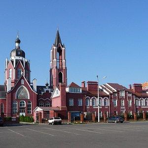 Арх. С.М. Гончаров. Троицкий собор. На переднем плане - учебный корпус
