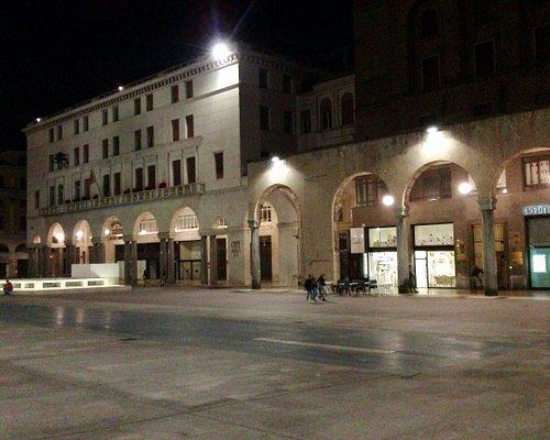 Portici e la piazza di notte