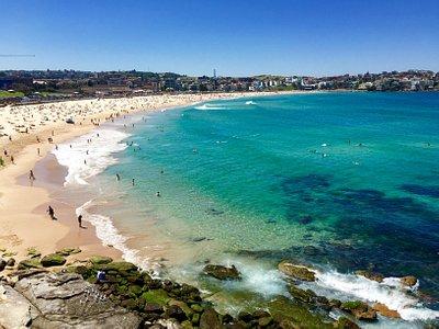 Aller sur les hauteur à droite de la plage pour un bon point de vue