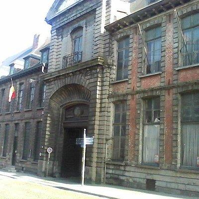 L'entrée du musée avec le drapeau belge