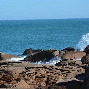 La mer sur les rochers de la Presqu'Île de Renote en octobre 2014