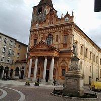 Borgomanero - La Collegiata di San Bartolomeo e la statua della Madonnina