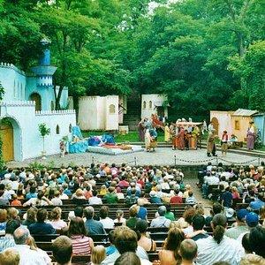 """Blick vom Zuschauerraum auf die Bühne beim Kinderstück """"Aladin"""""""