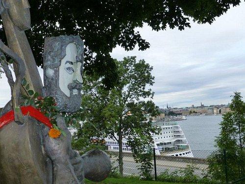 Cornelis blickar ut över vattnet.